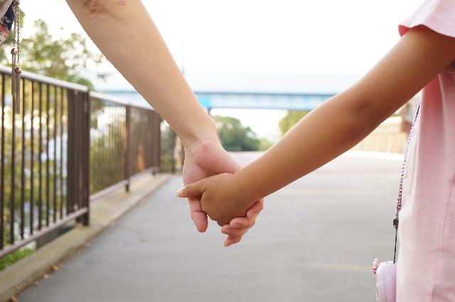 子どもと手をつなぐ