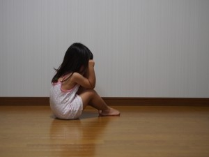 悲しい子供のイメージ画像