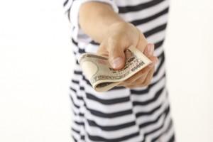 お金を渡す男性のイメージ画像