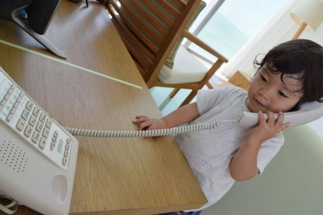 電話をする子供