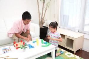 子供と遊ぶ男性のイメージ画像